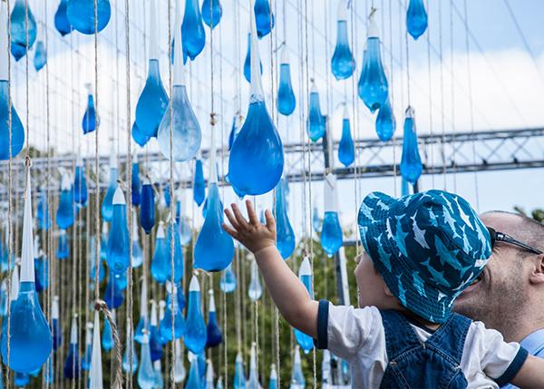Іспанці довели важливість води через презерватив-арт