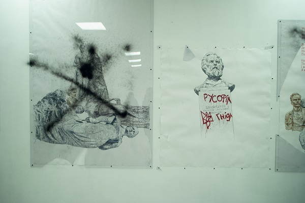 Невідомі погромили виставку Давида Чичкана у ЦВК