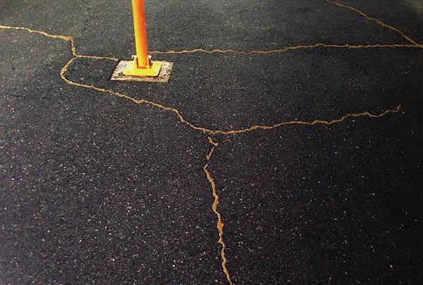 Американська мисткиня Рейчел Суссман вигадала альтернативу ремонту доріг