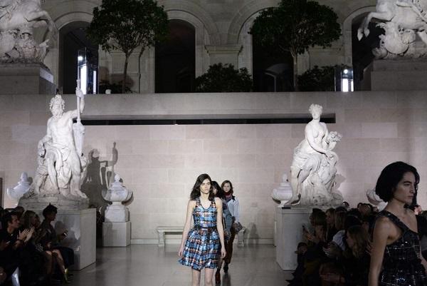 Тиждень моди в Парижі вперше проходить в Луврі