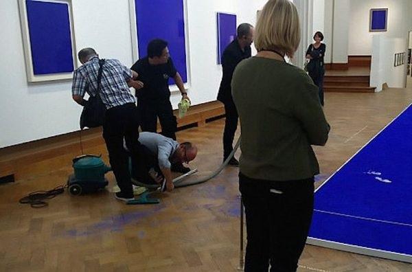 На виставці Іва Кляйна в Брюсселі було випадково пошкоджено одну з робіт