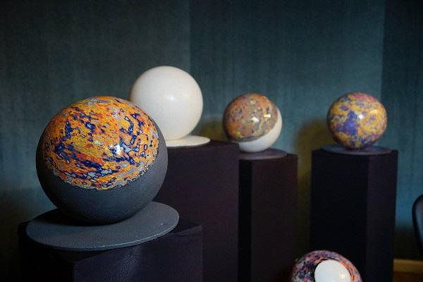 Скульптор Юрій Мусатов представив серію «планет» на Paris Design Week