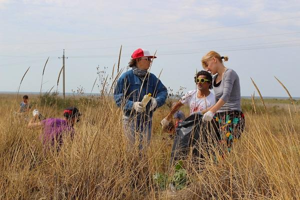 Учасники BIRUCHIY 017 влаштували еко-акцію на Азовському узбережжі