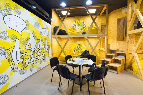 Відчути мистецтво на дотик у темряві пропонує нова виставка в Києві