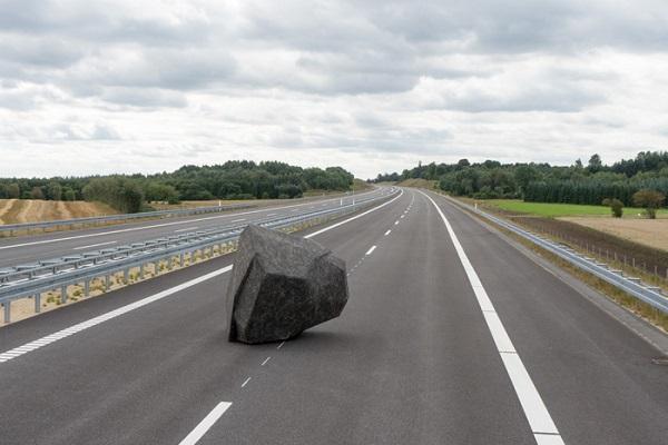 Митці лишили каменюку посеред датської траси!