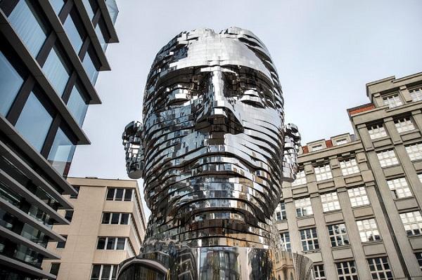 """Чим дивує 10-метрова """"голова Франца Кафки"""" у Празі?"""